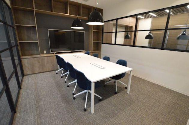 茅場町。洗練されたオフィス空間が与えるクリーンな印象。