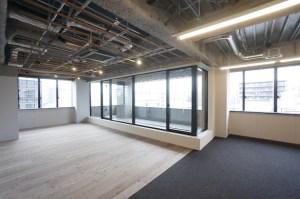 馬喰町の新築デザインオフィス、個性あるインナーバルコニー空間<p>[中央区/110万/186㎡]