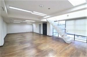 南青山、地下にも日が射し込むメゾネットオフィス。<p>[港区/51万円/104㎡]