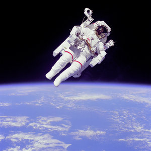 https://i1.wp.com/www.solarnavigator.net/aviation_and_space_travel/aviation_space_images/astronaut_free_flight_above_earth.jpg