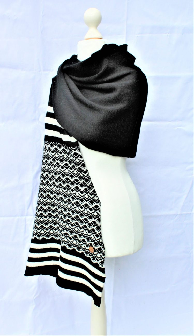 Solasonach Marrakech Lambswool wrp in black and white