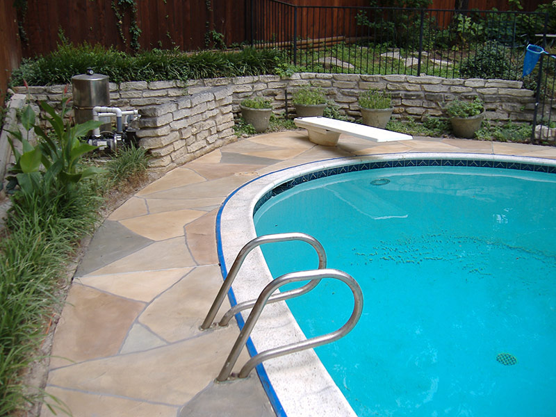 pool deck with multicolored trowel down overlay