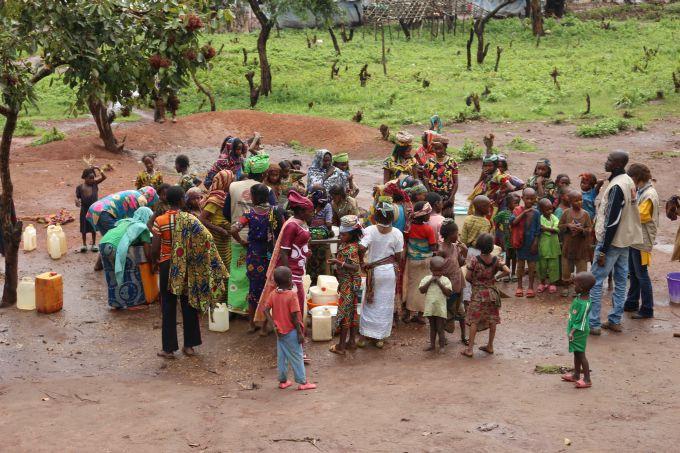 Les pompes à eau sont des lieux de retrouvailles pour les réfugiés centrafricains au Cameroun