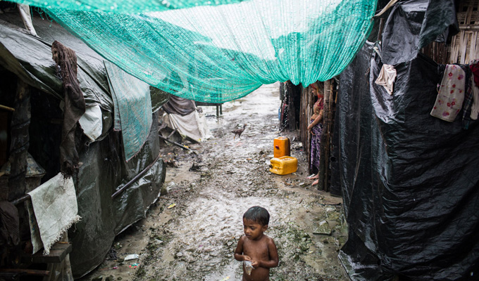 enfant abri cyclone myanmar