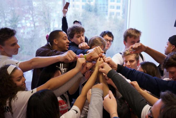 CJ McCollum con los chicos de la CJ Press Pass