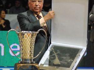 Pedro Ferrándiz con su placa (foto: FM)