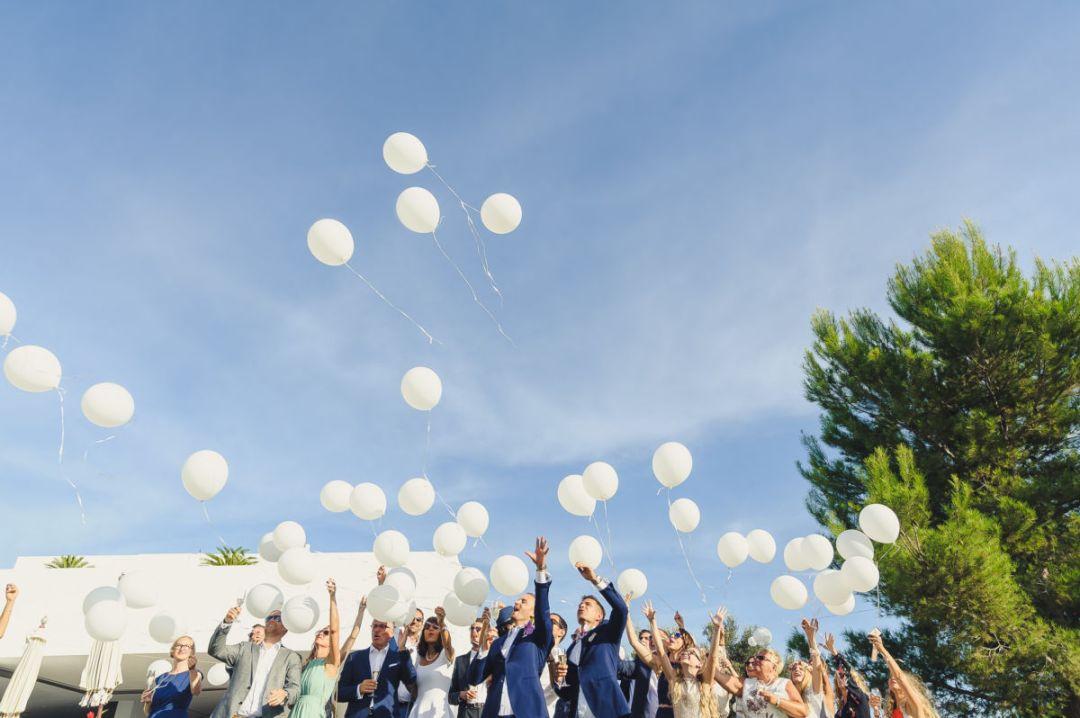 globos en el aire d una boda en ibiza