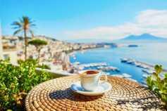 קפה בנאפולי לנוף הווזוב
