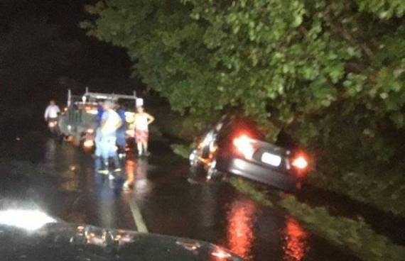 Auto fue arrastrado por la corriente de una carretera inundada en San Miguel