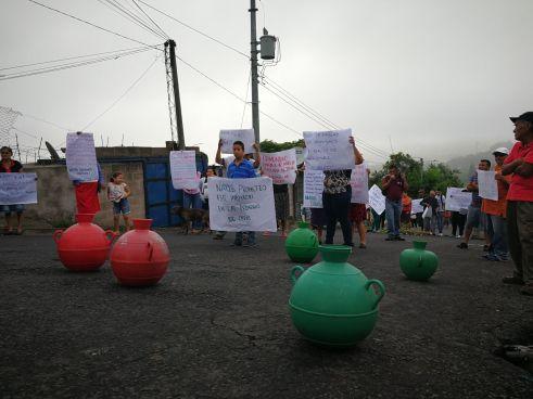 Comunidad Amaya cierra calles por falta de agua en San Salvador
