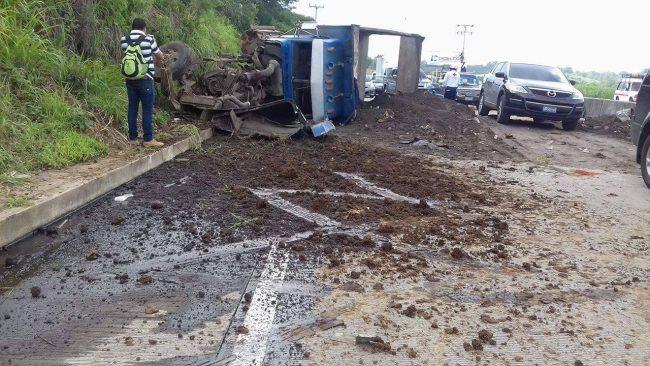 Dos lesionados tras el vuelco de un camión en la carretera al puerto de La Libertad