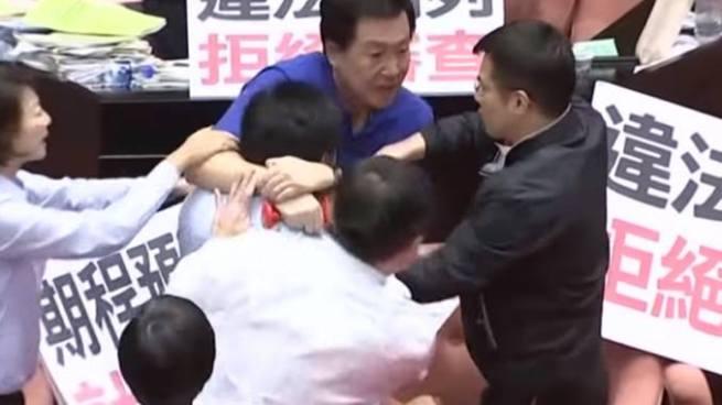 Diputados de Taiwán protagonizan pelea campal por el rechazo de un proyecto