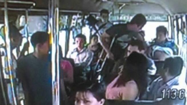 Hombre con muletas asalta a pasajeros de un microbús en San Salvador