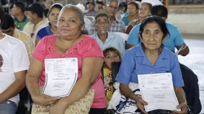 Gobierno entrega más de 4 mil escrituras a familias de diferentes zonas del país