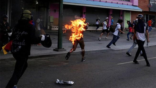 Grupo opositor apuñala y prende fuego a un joven en Venezuela