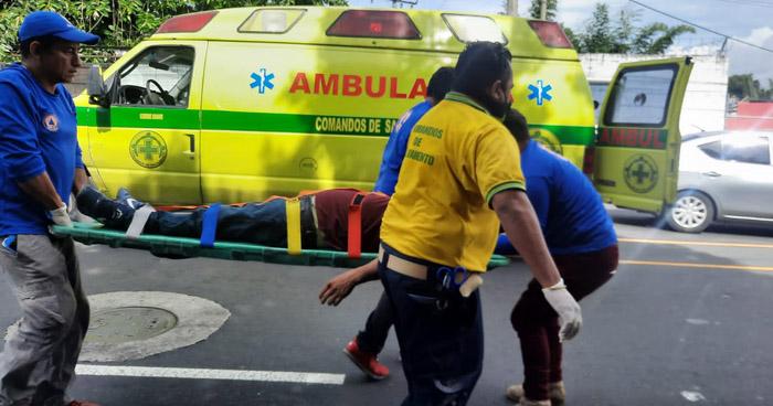 Hombre sufre graves lesiones tras caer de un autobús de la Ruta 109