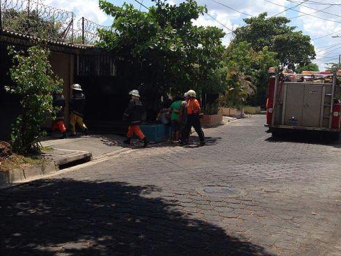 Hombre muere electrocutado cuando arreglaba el techo de su casa