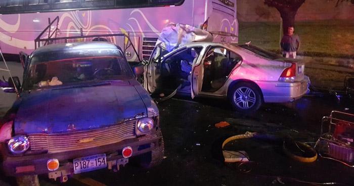 Un muerto y 17 lesionados tras choque entre vehículos y autobús en Ilopango