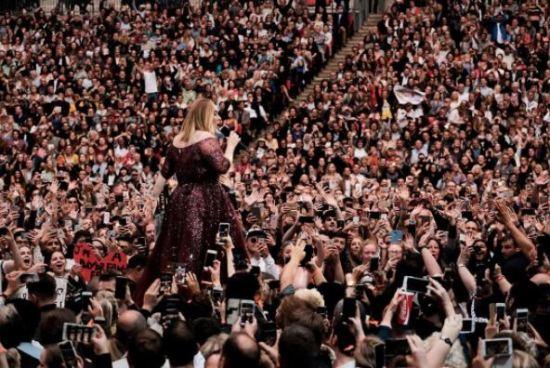 Adele anuncia su retiro de los escenarios en un concierto en Londres