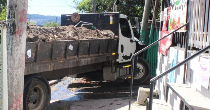 Camión pierde los frenos e impacta contra una pupusería en San Salvador