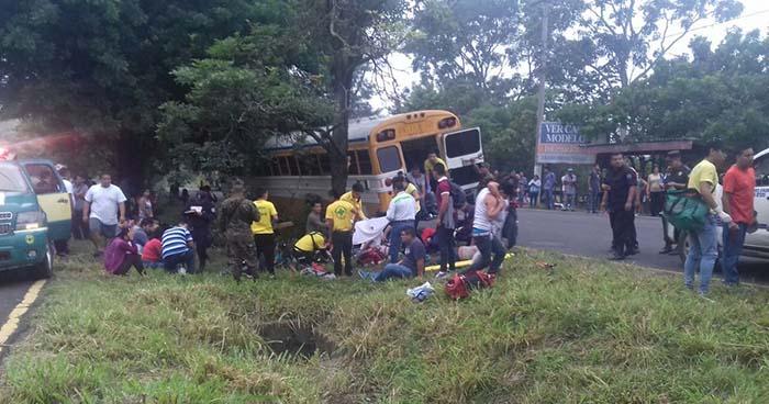 Accidente de bus que transportaba personal deja al menos 15 personas heridas en la carretera a Santa Ana