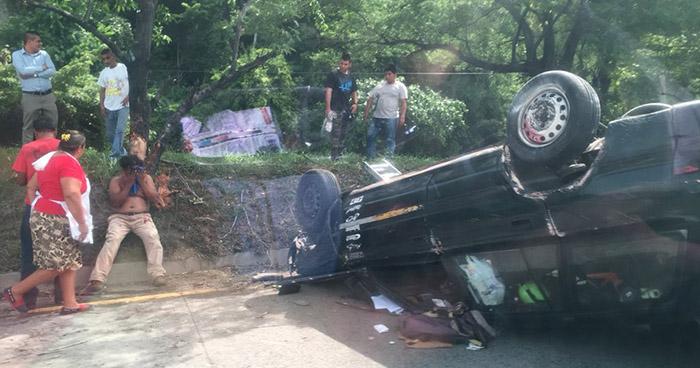 Al menos un lesionado deja aparatoso accidente de tránsito en la autopista a Comalapa