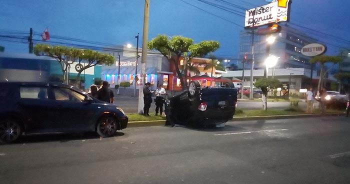 Caos vehicular tras aparatoso accidente de tránsito en el bulevar de Los Héroes, San Salvador