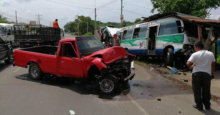 Daños materiales y lesionados deja choque entre coaster y pick up en Usulután