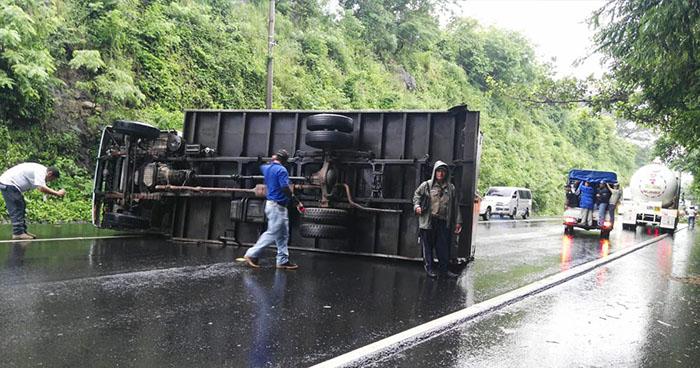 Camión vuelca y obstaculiza el paso sobre la carretera Panamericana en San Vicente