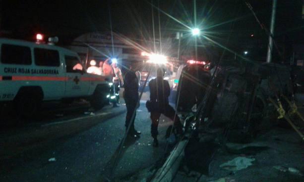 3 personas lesionadas dejó un accidente de tránsito sobre la calle Chiltiupán, Ciudad Merliot