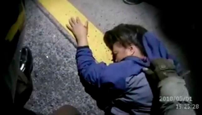 Captan momento en que un automovilista impacta a una motocicleta dejando a sus dos ocupantes lesionados
