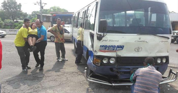 Microbusero sin licencia provoca accidente de tránsito y deja varios lesionados