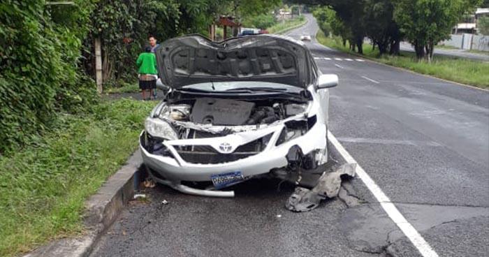 Mujer se distrae mientras conducía y causa la muerte de una persona en Cuscatlán