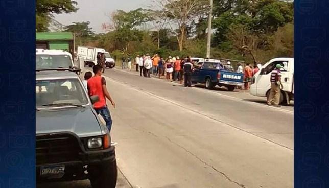 Camión embiste a campesinos que recogían paquetes agrícolas en San Vicente