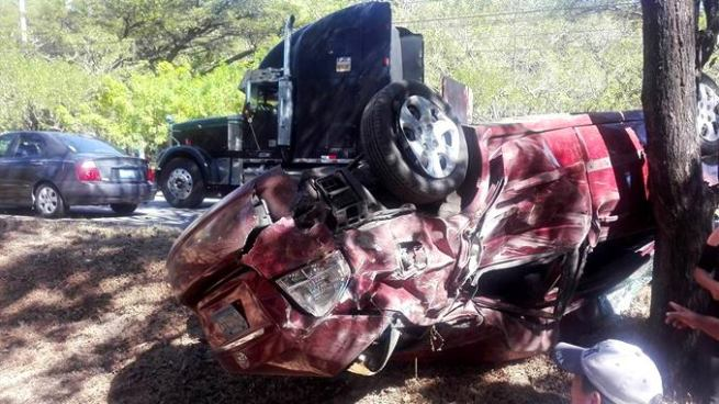 Hombre se salva de milagro luego de accidentarse sobre la autopista a Comalapa