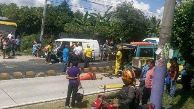 Hombre queda atrapado luego de aparatoso accidente sobre el Bulevar del Ejército