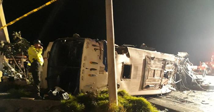 Al menos 23 muertos deja accidente de autobús de transporte internacional en Ecuador