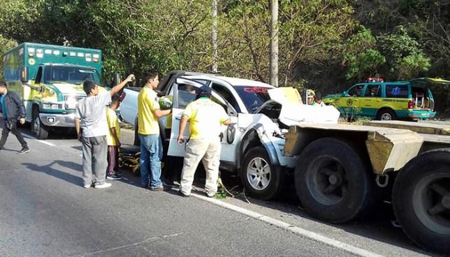 Conductor de pick up queda atrapado tras estrellarse contra una rastra en la autopista a Comalapa