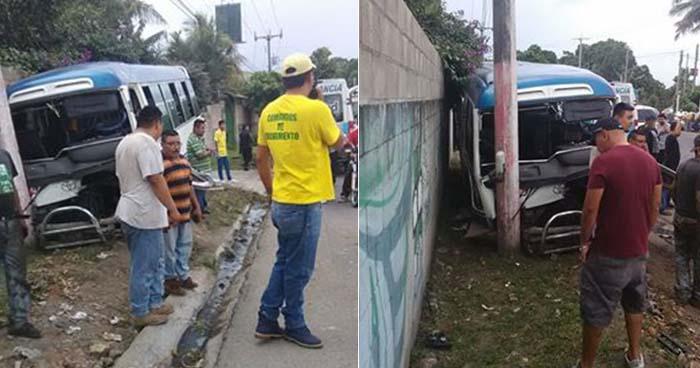 Coaster de la ruta 140 se estrella contra un poste en la carretera Panamericana