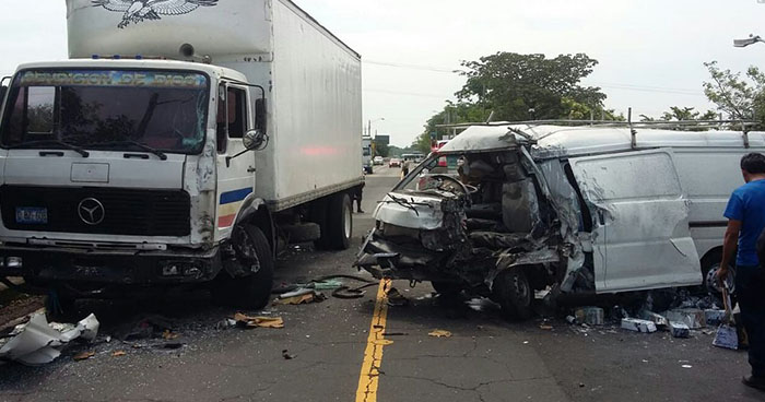 Varios lesionados deja fuerte choque entre camión y microbús en La Paz