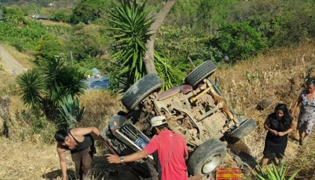 Niña muere luego que pick up en el que viajaba cayera a un barranco en Osicala, Morazán