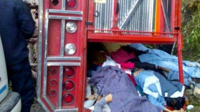 Mueren 18 personas al volcar una camioneta en Puebla, México