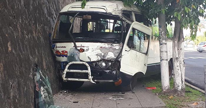 Varios lesionados deja choque entre bus de la ruta 30-B y microbús de la 42