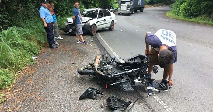 Motociclista y su acompañante resultan lesionados tras chocar contra un vehículo en La Libertad
