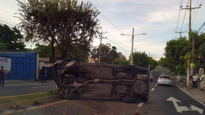 Automóvil tras accidente queda volcado sobre la 75 avenida norte