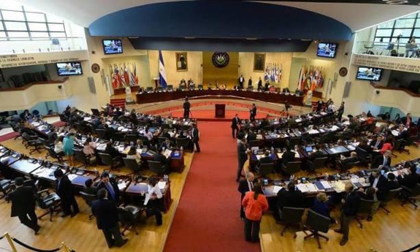 Asamblea Legislativa perdona a dos mujeres condenadas por extorsión y estafa