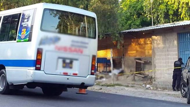 Criminales acribillan microbus y matan a su motorista en Santa Ana