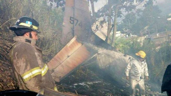 Dos personan se salvan de morir luego de estrellarse en una avioneta en Guatemala