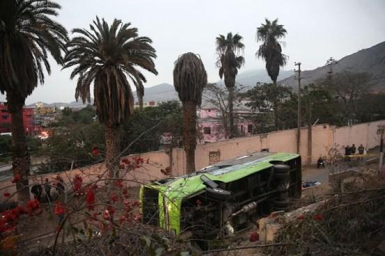 Perú: Vuelco de un microbús con turistas deja al menos nueve muertos y 35 heridos