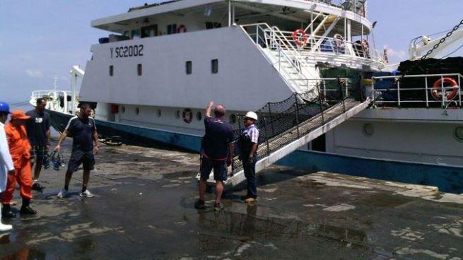 Bomberos atienden fuga de gas tóxico en barco pesquero en La Unión